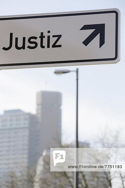 'Schild mit der Aufschrift ''Justiz''  Pfeil zeigt nach oben'