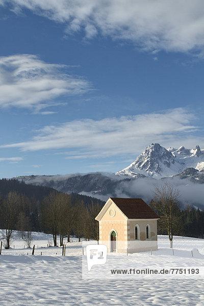 Kleine Kapelle in Winterlandschaft