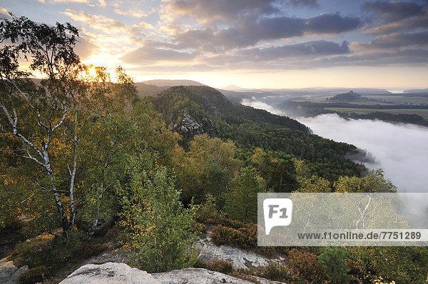 Ausblick von den Schrammsteinen über das Elbtal Richtung Zirkelstein und Kaiserkrone im Herbst zum Sonnenaufgang