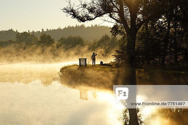 Frau mit Hund am Canal des Vosges  früher Canal de l?Est  bei PK 88  Scheitelhaltung des Kanals  Morgenstimmung mit Morgennebel