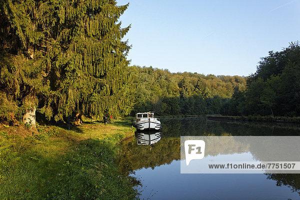 Hausboot auf dem Canal des Vosges  früher Canal de l?Est  Anlegestelle im Wald bei PK 115  Morgenstimmung