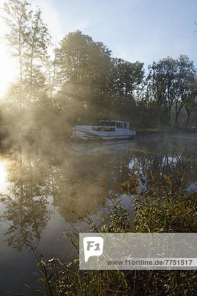 Hausboot auf dem Canal des Vosges  früher Canal de l?Est  Übernachtungsplatz bei PK 100 5  mit Morgennebel und Morgensonne