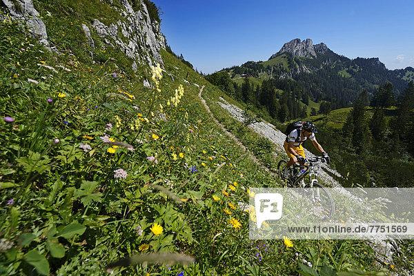 Mountainbiker auf Wanderweg an der Kampenwand