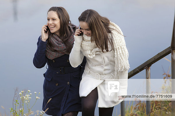 Zwei Teenager mit Mobiltelefonen