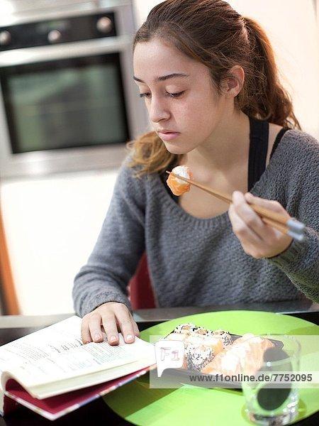 Sushi  essen  essend  isst  Mädchen