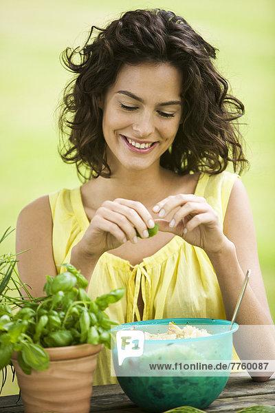 Junge Frau bereitet Salat zu Junge Frau bereitet Salat zu