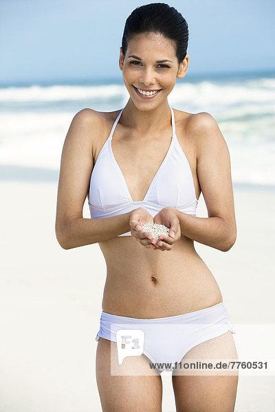 Junge Frau am Strand im Badeanzug