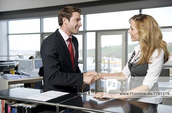 Geschäftspaar beim Händeschütteln
