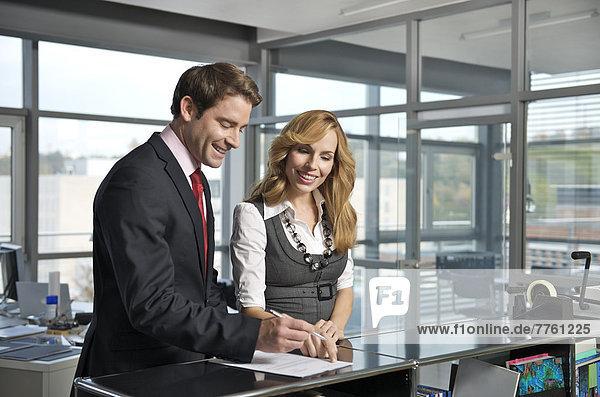 Vertragsunterzeichnung für Geschäftsleute