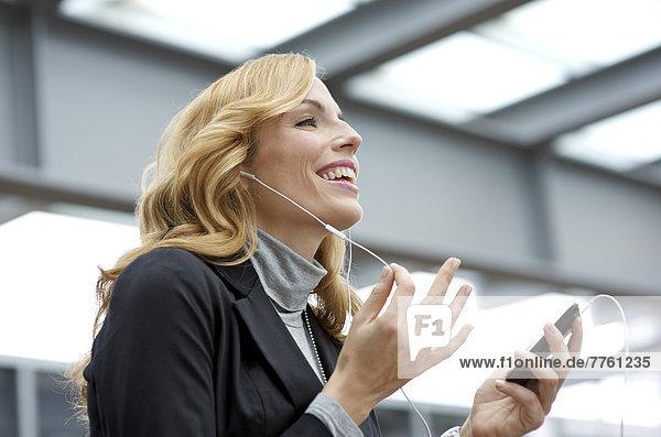 Porträt einer Geschäftsfrau am Telefon