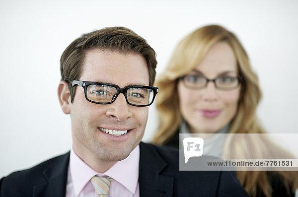 Porträt eines Geschäftspaares  das vor der Kamera lächelt