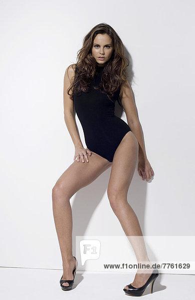Junge sexy Frau im Body und Stiletto