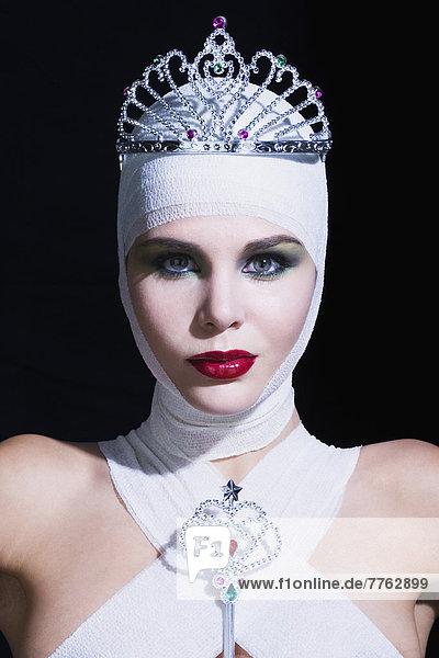 Junge Frau mit Bandagen an Kopf und Brust  mit Feenstab  Tiara