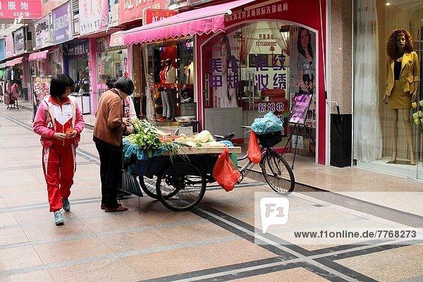 Städtisches Motiv  Städtische Motive  Straßenszene  Straßenszene  beleuchtet  Lebensmittel  Laden  China