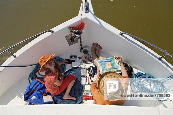 Mutter und Tochter auf einer Penichette  Hausboot  auf der Saône