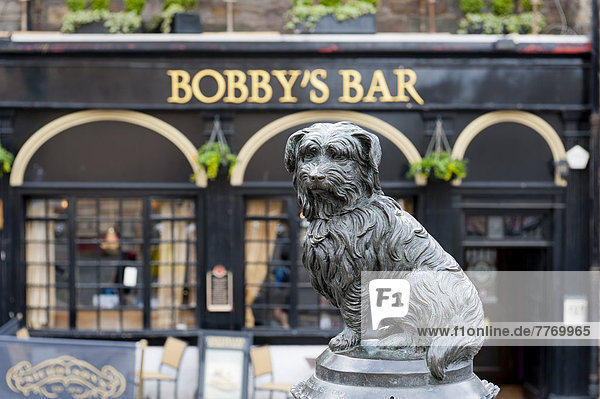 Monument to a dog  Greyfriars Bobby  in front of Bobby's Bar