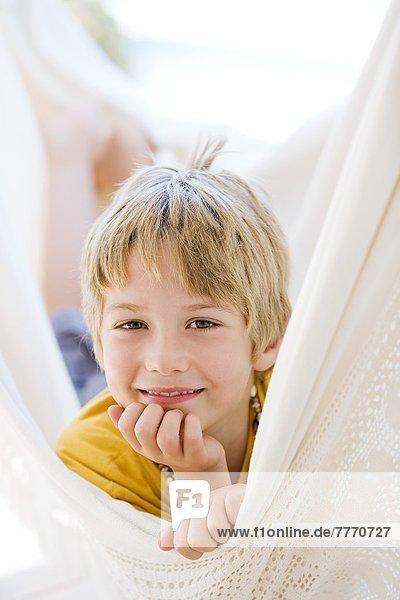Junge in Hängematte