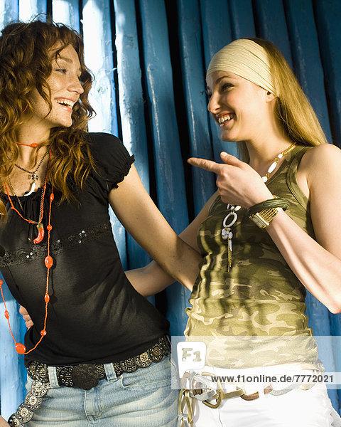 Lächelnde Teenager-Mädchen  die sich gegenseitig anschauen