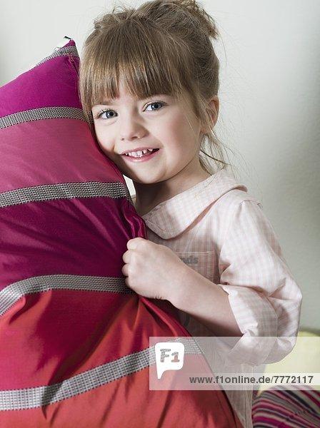 Kleines Mädchen mit Kissen