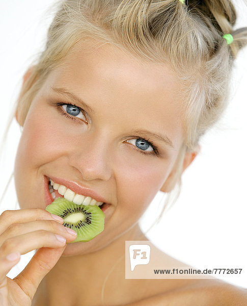 Portrait Frau lächelnd  essende Scheibe Kiwi (Frucht)