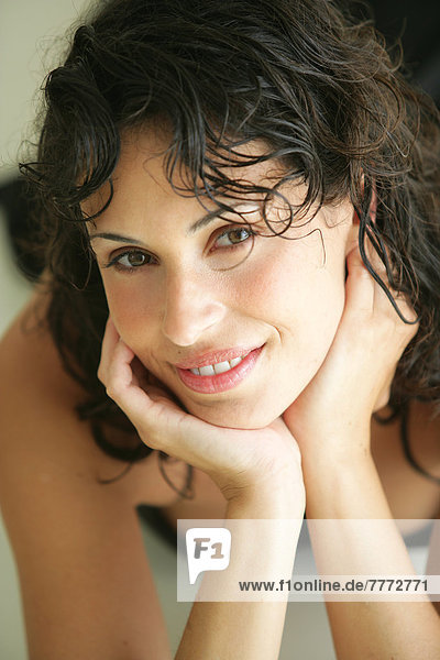 Porträt einer lächelnden Frau mit Blick auf die Kamera