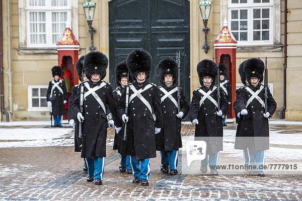 Wachablösung  Zeremoniell vor dem königlichen Schloss Amalienborg  durch die königliche Leibwache