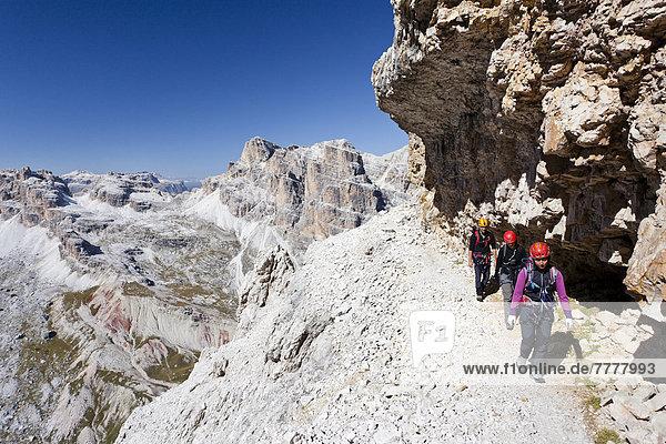 Bergsteiger beim Aufstieg auf die Tofana di Rozes über die Via ferrata Giovanni Lipella  hinten der Sellastock  Dolomiten