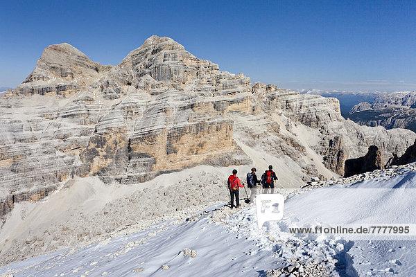 Bergsteiger beim Abstieg von der Tofana di Rozes  hinten die Tofana di Mezzo und die Tofana di Dentro  Dolomiten