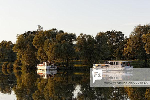 Abendstimmung  Hausboote auf der Saône  ruhiger Seitenarm  im Hafen Marina Saône-Valley