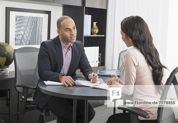 Frau  Mann  Büro  Besuch  Treffen  trifft
