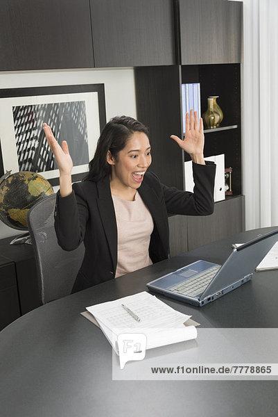 Geschäftsfrau  Schreibtisch  Fröhlichkeit