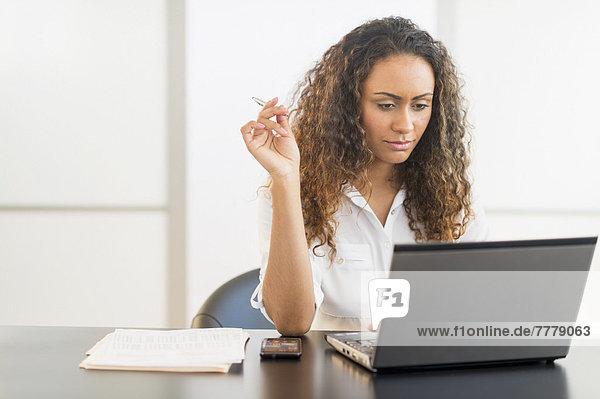sitzend  Schreibtisch  Notebook  arbeiten  Büro