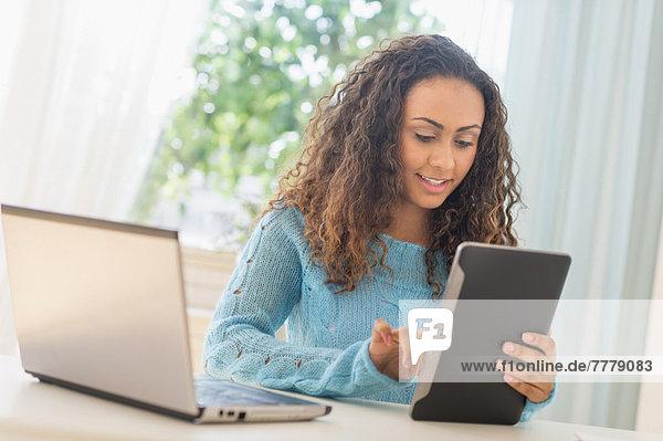 Junge Frau im home-office Heimarbeitsplatz
