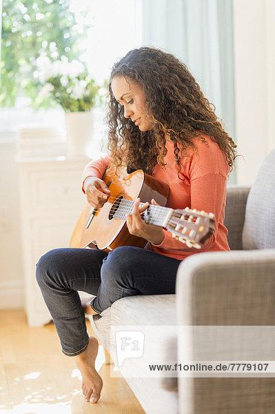 Junge Frau Gitarre