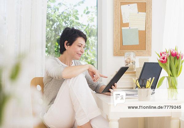 benutzen  Frau  Notebook  reifer Erwachsene  reife Erwachsene  Tablet PC