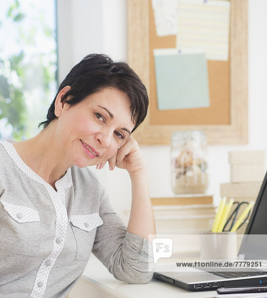 benutzen  Portrait  Frau  Notebook  reifer Erwachsene  reife Erwachsene