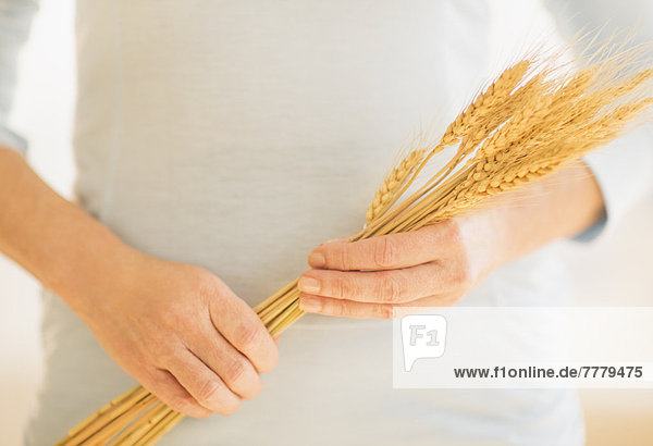Anschnitt  Frau  halten  trocken  Mittelpunkt  Weizen
