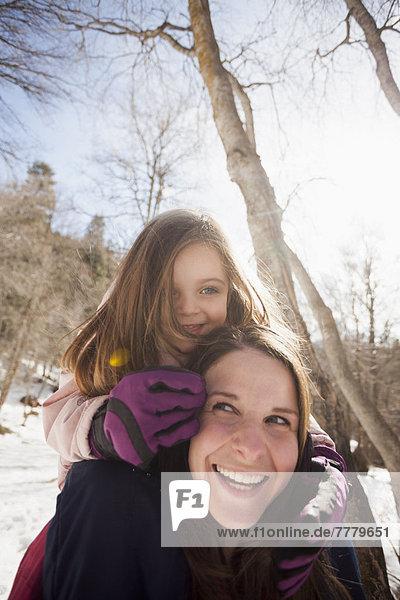 Frau  tragen  Menschliche Schulter  Schultern  jung  Tochter  2-3 Jahre  2 bis 3 Jahre