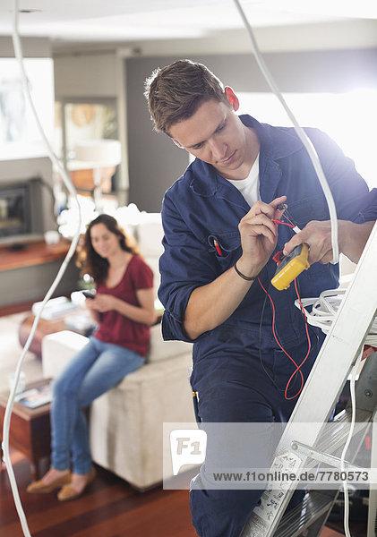 Elektriker  der zu Hause arbeitet