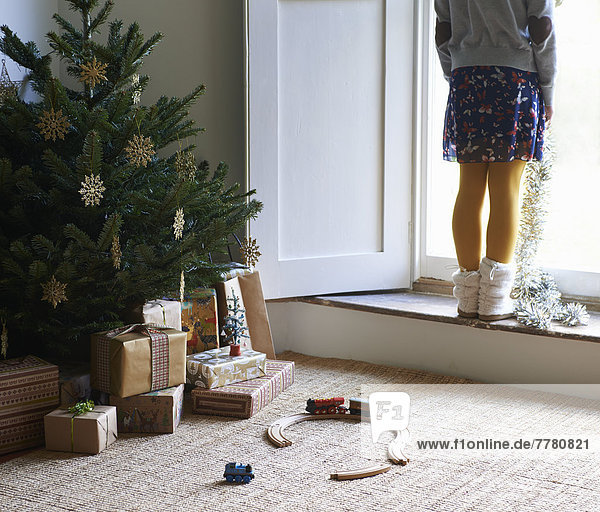 Mädchen mit Weihnachtsbaum und Geschenken