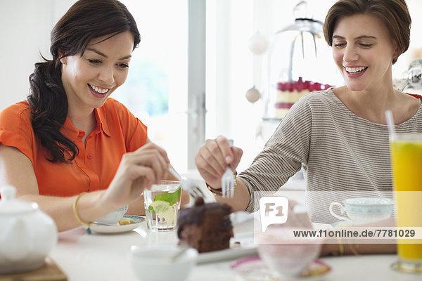 Frauen essen gemeinsam Kuchen