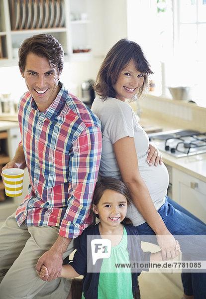 Familie lächelt gemeinsam in der Küche