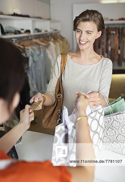 Frau beim Einkaufen im Bekleidungsgeschäft