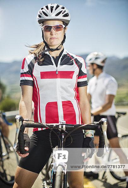 Radfahrer steht vor dem Rennen auf dem Fahrrad