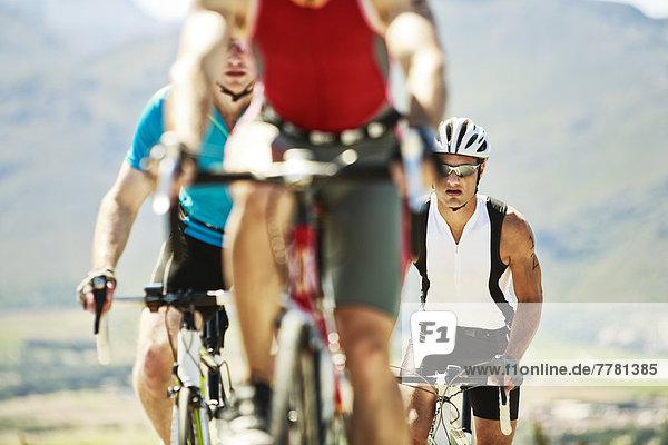 Radfahrer im Rennen in ländlicher Landschaft