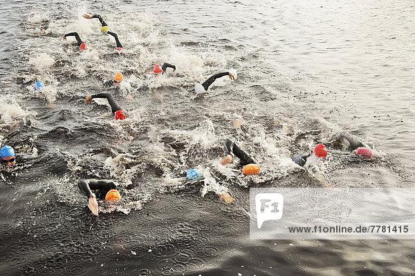 Triathleten schwimmen im Wasser