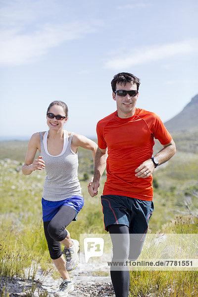 Paarlauf in ländlicher Landschaft