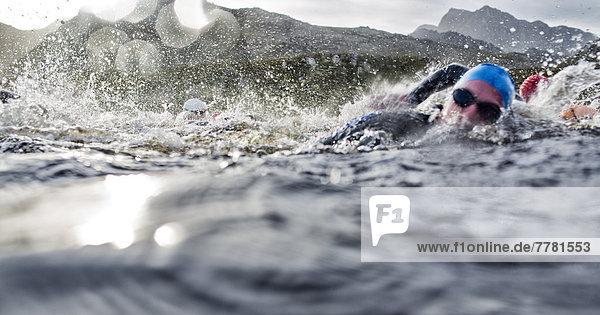 Schwimmer  die im Wasser planschen