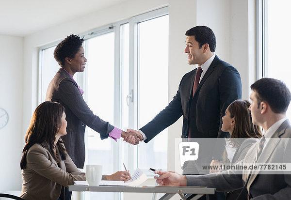 Geschäftsleute Händeschütteln in meeting