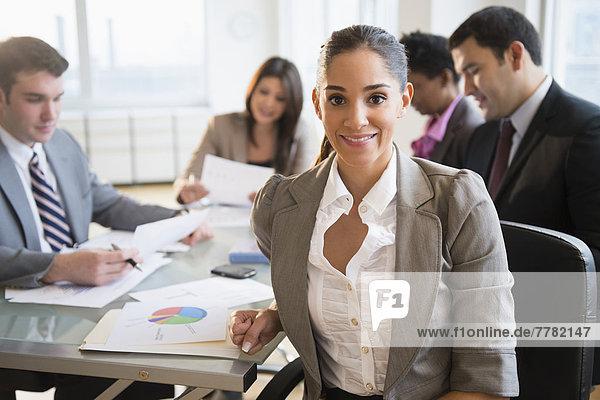 Geschäftsfrau  lächeln  Besuch  Treffen  trifft